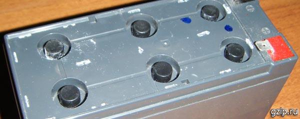 Резиновые колпачки под крышкой аккумулятора